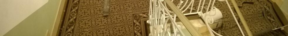 Укладка ковролина на ступени в гостинице