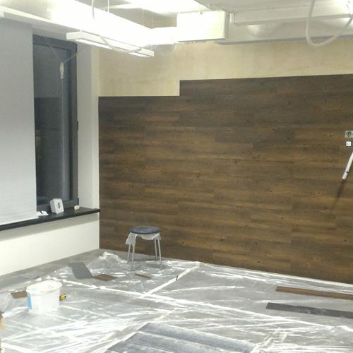 монтаж виниловой плитки на стену